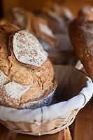 Europe/France/Midi-Pyrénées/12/Aveyron/Aubrac/Laguiole: Le pain au levain de Pascal Auriat qui a longtemps été patissier  chez Michel Bras , c'est installé comme Boulanger à Laguiole