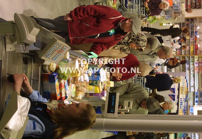 arnhem 070202 opening mega Albert heijn<br />drukte bij de kassa's van pas geopende albert heijn kronenburg<br />foto frans ypma APA-foto