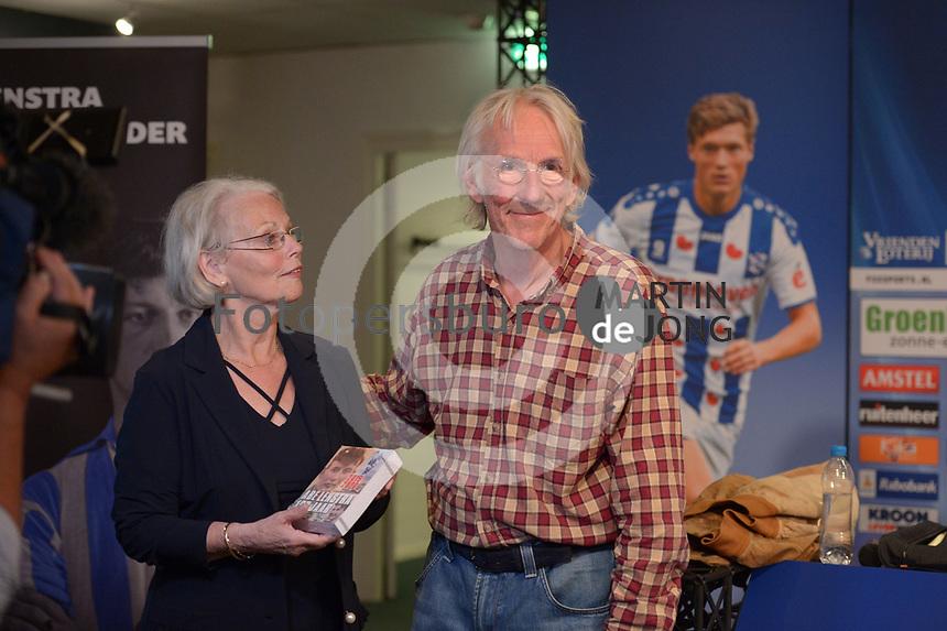 CULTUUR: HEERENVEEN: 06-09-2016, Abe Lenstra Stadion, Abe Lenstra Scheurkalender, Janneke Lenstra en Freek de Jonge kregen het eerste exemplaar, ©foto Martin de Jong