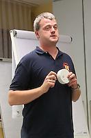 Goddelau 07.09.2016: Landfrauen besichtigen die Goddelauer Feuerwehr<br /> Wehrführer Maik Steinmetz erklärt den Rauchmelder<br /> Foto: Vollformat/Marc Schüler, Schäfergasse 5, 65428 R'eim, Fon 0151/11654988, Bankverbindung KSKGG BLZ. 50852553 , KTO. 16003352. Alle Honorare zzgl. 7% MwSt.