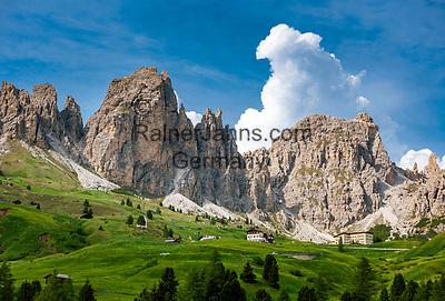 Italien; Suedtirol (Trentino - Alto Adige); Dolomiten: an der Groednerjoch Passstrasse; im Hintergrund die Cirspitzen | Italy; South Tyrol (Trentino - Alto Adige); Dolomites: at Gardena Pass Road (Passo Gardena); Gruppo del Cir mountains at background