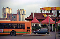 Milano, quartiere Lorenteggio, periferia ovest. Palazzi residenziali e un ristorante fast food McDonald's --- Milan, Lorenteggio district, west periphery. Residential buildings and a McDonald's fast food restaurant