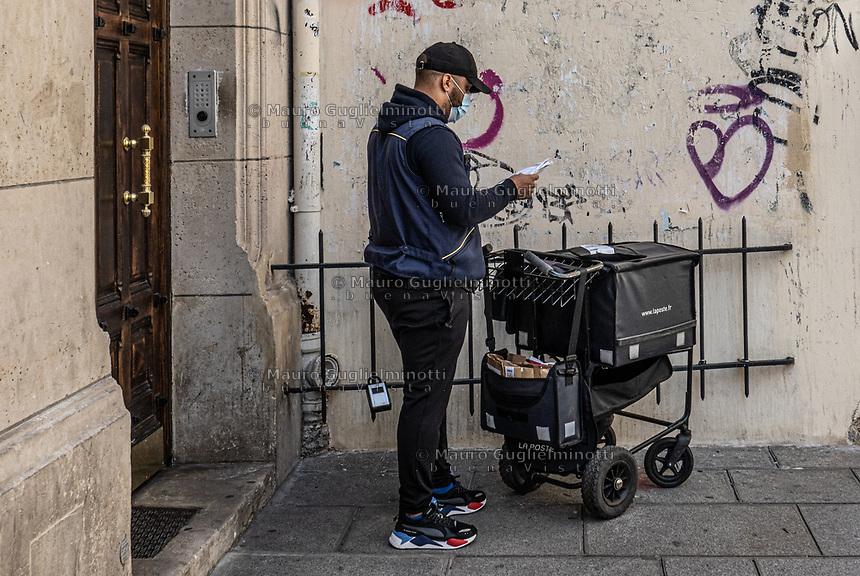 postino a parigi con maschera di protezione  Postman with a protective mask, in Paris