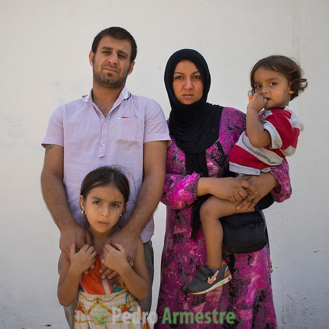 13 septiembre 2015. Nador. Marruecos.<br /> Adlah Alahmad, de 25 años, y su marido Mohammed Amin Shiz, de 31 años, posan en Nador (Marruecos) con sus dos hijas, Fatima, de 7 años, y Yasir, de 6 años. La familia huyó de Siria perdiendo todos sus bienes y ahora esperan poder entrar en Melilla. La ONG Save the Children exige al Gobierno español que tome un papel activo en la crisis de refugiados y facilite el acceso de estas familias a través de la expedición de visados humanitarios en el consulado español de Nador. Save the Children ha comprobado además cómo muchas de estas familias se han visto forzadas a separarse porque, en el momento del cierre de la frontera, unos miembros se han quedado en un lado o en el otro. Para poder cruzar el control, las mafias se aprovechan de la desesperación de los sirios y les ofrecen pasaportes marroquíes al precio de 1.000 euros. Diversas familias han explicado a Save the Children cómo están endeudadas y han tenido que elegir quién pasa primero de sus miembros a Melilla, dejando a otros en Nador.  © Save the Children Handout/PEDRO ARMESTRE - No ventas -No Archivos - Uso editorial solamente - Uso libre solamente para 14 días después de liberación. Foto proporcionada por SAVE THE CHILDREN, uso solamente para ilustrar noticias o comentarios sobre los hechos o eventos representados en esta imagen.<br /> Save the Children Handout/ PEDRO ARMESTRE - No sales - No Archives - Editorial Use Only - Free use only for 14 days after release. Photo provided by SAVE THE CHILDREN, distributed handout photo to be used only to illustrate news reporting or commentary on the facts or events depicted in this image.