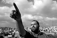 """Yehuda Shaul, leader of """"Breaking the Silence"""" iduring a tour in Hebron, Photo by Quique Kierszenbaum"""