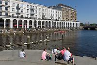 Touristen an Alsterarkaden und Kleine Alster, Hamburg-Innenstadt, Deutschland, Europa<br /> Tourists  at Alsteracades and Kleine Alster, Hamburg, Germany
