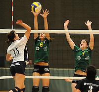 Optima Lendelede - Hermes Oostende ..Liselot Tavernier (rechts) en Sophie Huyghelier (midden) proberen de bal van Jonna Vandenbulcke (links) af te blokken....foto VDB / BART VANDENBROUCKE