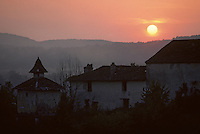 Europe/France/Midi-Pyrénées/46/Lot/Vallée du Lot/Env Cahors: Pigeonnier et ferme au soleil levant