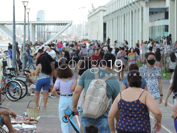 Recife (PE), 29/08/2021 - Recife-Movimentação - Movimentação intensa no Recife Antigo, bairro fechado para práticas de lazer, esportes e cultura em Recife neste domingo (29). Apesar de alguns restrições poucos ainda utilização máscaras.
