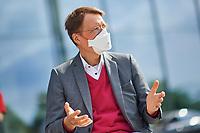 """Der SPD-Politiker und Mediziner Karl Lauterbach (im Bild) nahm am Dienstag den 7. September 2021 in Berlin eine Petition von """"Long COVID Deutschland"""" entgegen. Mit der Petition fordern fast 52.000 Menschen die Politik zu sofortigem und schnellen Handeln auf. """"Wir brauchen dringend bundesweite Informationskampagnen, gleiche medizinische Versorgung fuer alle Betroffenen und vor allem wesentlich mehr Forschungsgelder"""", so eine Sprecherin der Initiative. Sie ist selber von Long Covid schwer betroffen und moechte in den Medien nicht namentlich genannt werden, da sie gesundheitlich nicht in der Lage ist, sich mit Coronaleugnern oder Impf-Gegnern auseinander zu setzen.<br /> 7.9.2021, Berlin<br /> Copyright: Christian-Ditsch.de"""