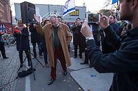 """AfD protestiert in Berlin gegen die Fluechtlingspolitik der Bundesregierung.<br /> Am Samstag den 31. Oktober 2015 versammelten sich ca. 250 Anhaenger der Rechts-Partei Alternative fuer Deutschland (AfD) zu einer Kundgebung gegen die Fluechtlings- und Asylpolitik der Bundesregierung. Dabei wurde die Bundeskanzlerin Angela Merkel mehrfach scharf angegriffen. Die Berichterstattung ueber Fluechtlinge in den Medien wurde mit lautstarken Rufen """"Luegenpresse"""" beschimpft.<br /> Der brandenburgische Landesvorsitzende Gauland forderte eine Fluechtlingspolitik wie in Japan, wo angeblich nur 20 Fluechtlinge pro Jahr aufgenommen werden.<br /> Etwa 350 Menschen protestierten gegen die Veranstaltung der Rechten und blockierten kurzzeitig deren Marschroute. Die Polizei ordnete daraufhin eine verkuerzte Route an und raeumte dafuer der AfD den Weg frei.<br /> Im Bild: Alexander Gauland, AfD-Landesvorsitzender Brandenburg.<br /> 31.10.2015, Berlin<br /> Copyright: Christian-Ditsch.de<br /> [Inhaltsveraendernde Manipulation des Fotos nur nach ausdruecklicher Genehmigung des Fotografen. Vereinbarungen ueber Abtretung von Persoenlichkeitsrechten/Model Release der abgebildeten Person/Personen liegen nicht vor. NO MODEL RELEASE! Nur fuer Redaktionelle Zwecke. Don't publish without copyright Christian-Ditsch.de, Veroeffentlichung nur mit Fotografennennung, sowie gegen Honorar, MwSt. und Beleg. Konto: I N G - D i B a, IBAN DE58500105175400192269, BIC INGDDEFFXXX, Kontakt: post@christian-ditsch.de<br /> Bei der Bearbeitung der Dateiinformationen darf die Urheberkennzeichnung in den EXIF- und  IPTC-Daten nicht entfernt werden, diese sind in digitalen Medien nach §95c UrhG rechtlich geschuetzt. Der Urhebervermerk wird gemaess §13 UrhG verlangt.]"""