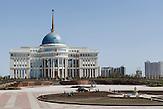 Der Präsidentenpalast liegt in der gleißenden Sonne der Steppe, während ein Arbeitstrupp die Rabatten in Schuss hält. Der autokratische Herrsche Nursultan Nazarbajew verlegt die Haupstadt von Almaty im Süden nach Astana und stampfte eine künstliche Stadt aus dem Boden. Kasachstan ist rohstoffreich und prosperiert. Kritik an den Schattenseiten des Aufstiegs duldet das System von Präsident Nursultan Nasarbajew nur geringfügig. Bilder von Hinterhöfen und grauen Vorstädten sollen nicht an die Öffentlichkeit gelangen. / Kazakhstan is a resource-rich and prosperous country.  President Nursultan Nasarbajew's system hardly allows any criticism. Pictures of backyards and suburbs are not supposed to go public.