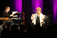 Joy Fleming mit ihrem Mann Bruno Masselon am Keyboard beim Auftritt im Bürgerhaus Mörfelden - 06.05.2017: Auftritt Joy Fleming im Bürgerhaus Mörfelden