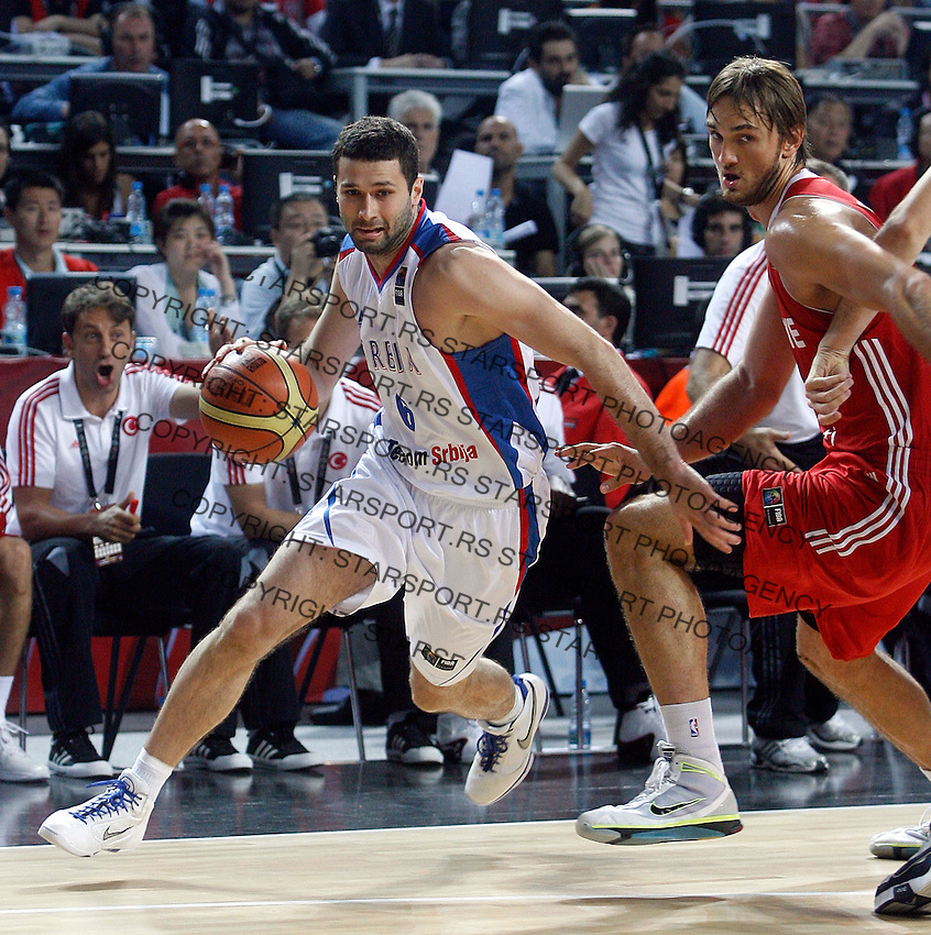 Aleksandar RASIC (Serbia)  passes Semih ERDEN (Turkey) during the semi-final World championship basketball match against Turkey in Istanbul, Serbia-Turkey, Turkey on Saturday, Sep. 11, 2010. (Novak Djurovic/Starsportphoto.com) .