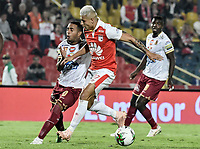 BOGOTÁ - COLOMBIA, 14-11-2018: Juan Daniel Roa (Der.) de Santa Fe disputa el balón con Yohandry Orozco (Izq.) del Tolima durante el encuentro entre Independiente Santa Fe y Deportes Tolima por los cuartos de final, ida, de la Liga Águila II 2018 jugado en el estadio Nemesio Camacho El Campin de la ciudad de Bogotá. / Juan Daniel Roa (R) of Santa Fe struggles for the ball with Yohandry Orozco (L) of Tolima during a Quarter Final first leg match between Independiente Santa Fe and Deportes Tolima as a part of Aguila League II 2018 played at the Nemesio Camacho El Campin Stadium in Bogota city. Photo: VizzorImage / Gabriel Aponte / Staff
