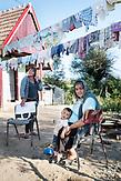Mutter, Grossmutter und Sohn im Unterdorf in Rosia. / Eine der 25 Waldorfschulen Rumäniens liegt in dem fast ausschließlich von Roma bewohnten Dorf Rosia in der Mitte des Landes. Anders als in Deutschland kommen die Schüler nicht aus bürgerlichen Familien, sondern meist aus einfachen Verhältnissen.