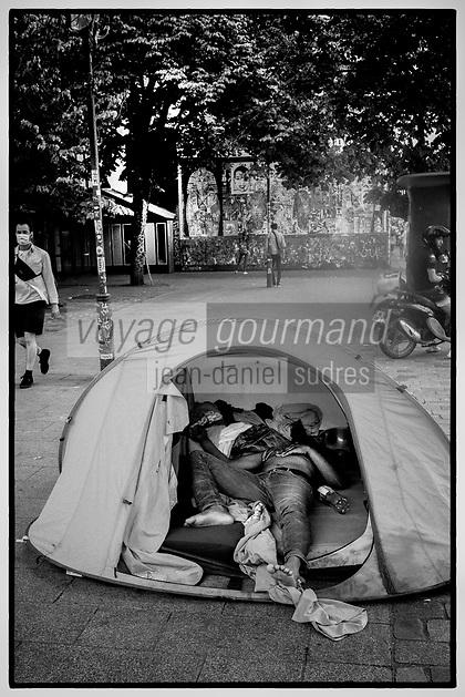 Europe / Ile de France / 75011/Paris : SDF , Bivouac Urbain , devant le Mur Oberkampf , Haut lieu du  Street Art