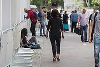 Vorstellung des Landesamt fuer Fluechtlingsangelegenheiten Berlin durch den Senator fuer Gesundheit und Soziales, Mario Czaja (CDU) am Mittwoch den 20. Juli 2016.<br /> Die neue Behoerde soll zum 1. August 2016 ihre Arbeit aufnehmen. Praesidentin des Landesamt fuer Fluechtlingsangelegenheiten (LAF) wird Claudia Langheine, ehem. Direktorin des Landesamtes fuer Buerger- und Ordnungsangelegenheiten.<br /> Im Bild: Gefluechtete Menschen vor dem zukuenftigen Landesamt.<br /> 20.7.2016, Berlin<br /> Copyright: Christian-Ditsch.de<br /> [Inhaltsveraendernde Manipulation des Fotos nur nach ausdruecklicher Genehmigung des Fotografen. Vereinbarungen ueber Abtretung von Persoenlichkeitsrechten/Model Release der abgebildeten Person/Personen liegen nicht vor. NO MODEL RELEASE! Nur fuer Redaktionelle Zwecke. Don't publish without copyright Christian-Ditsch.de, Veroeffentlichung nur mit Fotografennennung, sowie gegen Honorar, MwSt. und Beleg. Konto: I N G - D i B a, IBAN DE58500105175400192269, BIC INGDDEFFXXX, Kontakt: post@christian-ditsch.de<br /> Bei der Bearbeitung der Dateiinformationen darf die Urheberkennzeichnung in den EXIF- und  IPTC-Daten nicht entfernt werden, diese sind in digitalen Medien nach §95c UrhG rechtlich geschuetzt. Der Urhebervermerk wird gemaess §13 UrhG verlangt.]