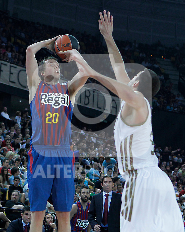 FC Barcelona Regal's Joe Ingles (l) and Real Madrid's Felipe Reyes during Supercopa ACB Semifinal match.September 30,2011. (ALTERPHOTOS/Acero)
