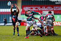 6th February 2021; Mattoli Woods Welford Road Stadium, Leicester, Midlands, England; Premiership Rugby, Leicester Tigers versus Worcester Warriors; Graham Kitchener of Worcester Warriors attempts to charge down a clearance kick by Richard Wigglesworth of Leicester Tigers