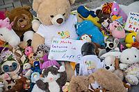 """Mit Plueschtieren als Symbol fuer eine angebliche """"pysiche und psychische Schaedigung unsere Kinder durch die Corona-Maßnahmen"""" protestierten Corona-Leugner und Impfgegner unter dem Motto """"Haende weg von unseren Kinder"""" am Montag den 19. Oktober 2020 in Berlin. Dabei wurden Schilder mit der Aufschrift """"Ihr seid Verbrecher, Finger weg von unseren Kindern"""", """"Nur die Coronaregeln machen unsere Kinder krank"""" und """"Maske ist Folter"""" gehalten. Manche der Kuscheltiere hatten eine Maske mit dem Spruch """"I can't breath"""" der antirassistischen Blick Lives Matter-Bewegung um.<br /> Im Bild: Ein Schild mit der Aufschrift """"Mit Maske trage bekomme ich schlecht Luft"""" liegt zwischen Kuscheltieren.<br /> 19.10.2020, Berlin<br /> Copyright: Christian-Ditsch.de"""