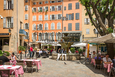 France, Provence-Alpes-Côte d'Azur, Grasse: old town with cafés and restaurants at Place aux Aires | Frankreich, Provence-Alpes-Côte d'Azur, Grasse: Altstadt mit Cafés und Restaurants am Place aux Aires