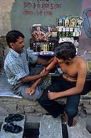 Asie/Inde/Rajasthan/Jaipur : Dans le quartier d'Indra Market - Masseur rebouteux