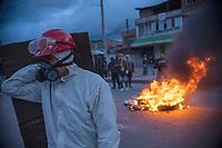 BOGOTA - COLOMBIA, 20-07-2021: Un joven de primera línea monta guardia en el sector de Usme durante los disturbios hoy, 20 de julio de 2021, en Bogotá durante la conmemoración del día de independencia de Colombia en el cual siguen las protestas del paro nacional que nuevamente convocó movilizaciones para protestar por el gobierno del presidente Duque. / A young man from the front line stands guard in the Usme sector during the riots today, July 20, 2021, in Bogotá during the commemoration of Colombia's independence day in which the protests of the national strike that again called mobilizations to protest the government of President Duque. Photo: VizzorImage / Diego Cuevas / Cont