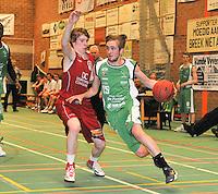 BBC De Westhoek Zwevezele - BBC Wervik : Laurens Denoo gaat voorbij zijn tegenstander Thomas Ghestem (links).foto VDB  / Bart Vandenbroucke