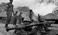 Mozambique - Zimbabwe border 1993.Istruttori militari inglesi addestrano reparti del nuovo esercito del Mozambico alla fine di venti anni di guerra civile - British military instructors train units of the new army of Mozambique at the end of twenty years of civil war..Photo Livio Senigalliesi
