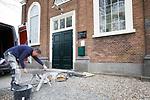 Foto: VidiPhoto<br /> <br /> HETEREN – Tegelzetter Rob Pater uit het Brabantse Wilbertsoord plaatst maandag een nieuwe vloer in de Hervormde kerk in het Gelderse Heteren. De keramische hardstenen tegels vervangen de tapijttegels uit de jaren zestig, die al lange tijd aan vervanging toe waren. Een aannemer uit de gemeente verrichtte al eerder samen met vrijwilligers het voorwerk, door een nieuwe betonnen vloer te storten. Eind deze week moet de nieuwe vloer er in liggen. Om alles precies op maat te krijgen rond de monumentale kansel vereist nogal wat meet- en slijpwerk. In de kerk worden als sinds de tweede lockdown oktober vorig jaar geen diensten gehouden met kerkgangers vanwege de coronamaatregelen. De werkzaamheden in de kerk zorgen dan ook niet voor veel overlast. De Hervormde gemeente van Heteren telt op papier zo'n 500 leden, vanwege zo'n 170 personen kerkelijk meelevend zijn. Van een krimp zoals in veel PKN-gemeenten is volgens ouderling Wessel van Binsbergen geen sprake. Het kerkgebouw dateert uit 1834.