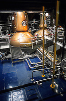 "Europe/Grande Bretagne/Ecosse/Moray/Speyside/Keith : Distillerie Strathisla Whisky Chivas - La distillation du wash dans des alambics en cuivre ""pot-stills"""