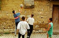 In der Ortschaft Orahovac lebten vor dem Kosovo-Krieg Kosovo-Serben und Kosovo-Albaner zusammen. Nun ist die serbische Bevoelkerung vor den Kosovo-Albanern in den oberen Teil des Ortes gefluechtet. Hinzu kamen etliche Fluechtlinge aus den Bergen und der Umgebung. Mittlerweile leben nahezu 3.500 Menschen auf engstem Raum.<br /> Hier: Kinder spielen Basketball in einer Seitenstrasse.<br /> Orahovac/Jugoslawien, 2.8.1999<br /> Copyright: Christian-Ditsch.de<br /> [Inhaltsveraendernde Manipulation des Fotos nur nach ausdruecklicher Genehmigung des Fotografen. Vereinbarungen ueber Abtretung von Persoenlichkeitsrechten/Model Release der abgebildeten Person/Personen liegen nicht vor. NO MODEL RELEASE! Don't publish without copyright Christian-Ditsch.de, Veroeffentlichung nur mit Fotografennennung, sowie gegen Honorar, MwSt. und Beleg. Konto: I N G - D i B a, IBAN DE58500105175400192269, BIC INGDDEFFXXX, Kontakt: post@christian-ditsch.de<br /> Urhebervermerk wird gemaess Paragraph 13 UHG verlangt.]