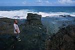 Tête de chien<br /> <br /> Abrité sous un éperon rocheux près du village de  Peter Eric, indien caraibe observe les grains qui se succedent sur l'océan. .A ses pieds, une gigantesque coulee de basalte noir de plus de 200 m de long - denommee escalier Tete de Chien - subit les assaut  des lames atlantiques. Dans la mythologie caraibe, cette coulee serait la trace d'un gigantesque boa constrictor sorti des eaux pour se refugier sur le Morne Diablotins, plus haut sommet de l'ile. ..