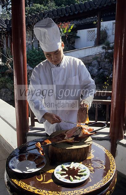 Asie/Chine/Jiangsu/Env Nankin: Cuisine chinoise - L'art de la découpe des canards laqués finement tranchés à l'aide d'un tranchoir<br /> PHOTO D'ARCHIVES // ARCHIVAL IMAGES<br /> CHINE 1990