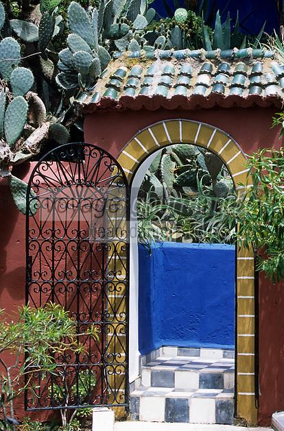 """Afrique/Maghreb/Maroc/Essaouira : Résidence """"Dar Mimosas"""" route d'Agadir, Détail de la porte du jardin"""