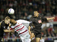 Sevilla's Frederic Kanoute (C) heads the ball with Tottenham Hotspur's Michael Dawson (L) and Jermaine Jenas during their UEFA Cup quarter-final, first leg soccer match at Ramon Sanchez Pizjuan stadium in Seville April 5, 2007. (ALTERPHOTOS/ Steve Clark) Coppa Uefa Siviglia Tottenham