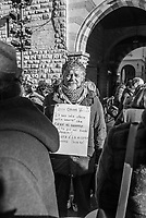 """24 dicembre 2017, manifestazione e flash mob a Como, cantando """"El purtava i scarp de tenis"""", contro l'ordinanza del sindaco che proibisce oltre l'accattonaggio anche la solidarietà per i senza tetto"""
