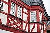 """Detail der Fassade """"Zum Horrweiler Hecht"""", 18. Jh., Wohnhaus mit geschnitztem Fenster Erker und verschieferter Giebelseite"""