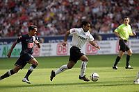 Mehdi Mahdavikia (Eintracht Frankfurt) setzt sich durch