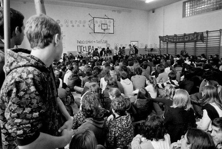 milano, occupazione e autogestione del liceo manzoni contro la riforma dell'istruzione --- milan, occupation and self-management of manzoni high school against the school reform