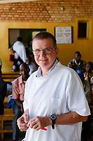 RUANDA, Butare, Institut Saint Boniface, Krankenstation Gikonko, Ordensschwester und Aerztin Dr. Uta Duell