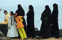 INDIA Pondicherry , veiled muslim women at sea front / INDIEN Pondicheri , verschleierte Muslima am Meer