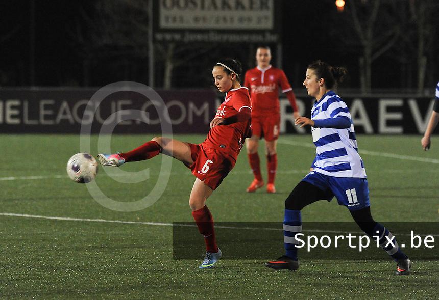 AA GENT LADIES - FC TWENTE :<br /> Marthe Munsterman (L) speelt de bal voor de neus van Evy De Smedt (R)<br /> foto Dirk Vuylsteke / Nikonpro.be