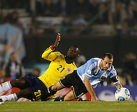 BUENOS AIRES - ARGENTINA - 07-06-2013: Javier Mascherano (Der.) jugador de Argentina disputa el balón con Jackson Martinez (Izq.) de Colombia, durante partido en estadio Monumental Antonio Vespucio Liberti, Buenos Aires Argentina, junio 7 de 2013. Argentina y Colombia disputan partido por la clasificación a la Copa Mundo FIFA Brasil 2014 (Foto: Photogamma / Javier Garcia Martino/ Vizzorimage). Javier Mascherano (R) Argentina player fights for the ball with con Jackson Martinez (L) of Colombia, during game at Antonio Vespucio Liberti Monumental Stadium, Buenos Aires, Argentina, June 7, 2013. Argentina and Colombia dispute the qualifier match for the 2014 FIFA World Cup Brazil. (Photo: Photogamma / Javier Garcia Martino/ Vizzorimage)
