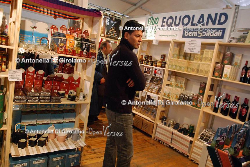 Bancarelle di artigianato e prodotti equosolidali. Equoland..Stalls of crafts and fair trade products.....