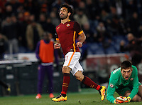 Calcio, Serie A: Roma vs Fiorentina. Roma, stadio Olimpico, 4 marzo 2016.<br /> Roma's Mohamed Salah, left, celebrates after scoring as Fiorentina's goalkeeper Ciprian Tatarusanu reacts during the Italian Serie A football match between Roma and Fiorentina at Rome's Olympic stadium, 4 March 2016.<br /> UPDATE IMAGES PRESS/Riccardo De Luca