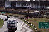 PAULINIA, SP 04.06.2018 -REPLAN-Movimentação de caminhões tanque abastecendo na Refinanaria de Paulinia (Replan) na manha desta segunda-feira (04), a rodovia Zeferino Vaz (SP 332) tem tráfego normal nos dois sentidos. (Foto: Denny Cesare/Codigo19)
