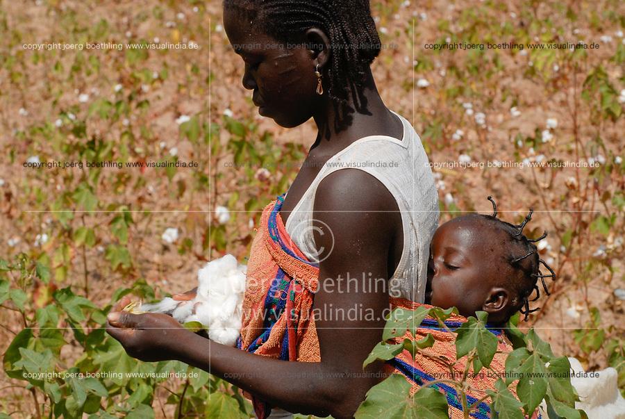 Burkina Faso , village Kayao, harvest of fair trade and organic cotton, woman with baby / Anbau von fairtrade und Biobaumwolle auf Biohof von Farmer Boukoungou Wenneda von der Kooperative UNPCB im Dorf Kayao bei Ouagadougou , Frau mit schlafenden Baby auf dem Ruecken bei Ernte