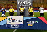 BOGOTA - COLOMBIA, 27-11-2020: Edwin Trujillo, arbitro antes del partido con los capitanes David Macalister Silva de Millonarios F. C. y Andres Correa de Once Caldas, durante partido entre Millonarios F. C. y Once Caldas de la fecha 1 por la Liguilla BetPlay DIMAYOR 2020 jugado en el estadio Nemesio Camacho El Campin de la ciudad de Bogota. / Edwin Trujillo, referee before the match with the captains David Macalister Silva of  Millonarios F. C. and Andres Correa of Once Caldas, during a match between Millonarios F. C. and Once Caldas of the 1st date for the BetPlay DIMAYOR 2020 Liguilla played at the Nemesio Camacho El Campin Stadium in Bogota city. / Photo: VizzorImage / Luis Ramirez / Staff.